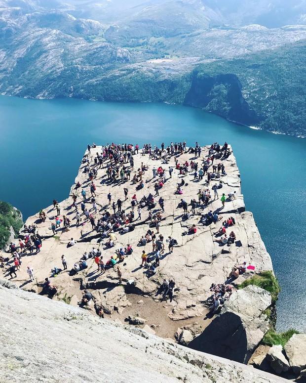 """Sốc: Na Uy """"nhá hàng"""" khách sạn nằm cheo leo trên vách đá cao hơn 600m, cư dân mạng tự hỏi """"ai mà dám ở""""? - Ảnh 3."""