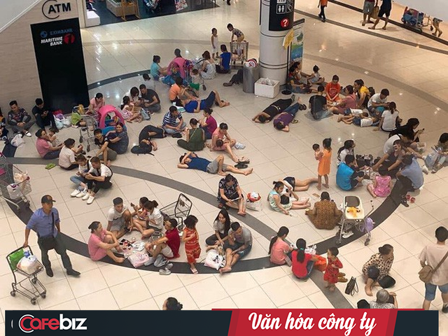 Văn hóa công ty nhìn từ cái chỉ tay đuổi khách dưới cơn dông ở Grand Plaza đến những bộ bàn ghế Aeon Mall mời khách ngồi tránh nóng - Ảnh 1.