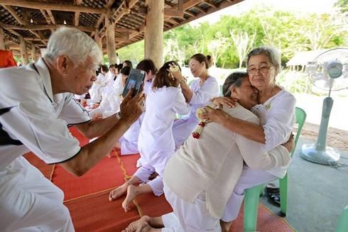Khi Hoa hậu đội vương miện quỳ lạy cha mẹ: Lòng hiếu thảo của một người con và nét đẹp văn hóa tại đất nước Thái Lan - Ảnh 12.