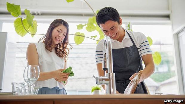 Cuộc đổi ngôi trong quan niệm trụ cột gia đình ở Trung Quốc: Ngày càng nhiều đàn ông chấp nhận ở nhà nội trợ chăm con toàn thời gian cho vợ đi làm - Ảnh 2.