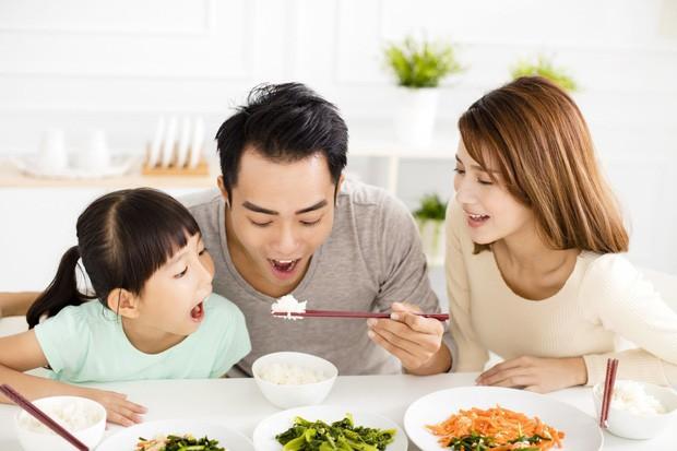 Cuộc đổi ngôi trong quan niệm trụ cột gia đình ở Trung Quốc: Ngày càng nhiều đàn ông chấp nhận ở nhà nội trợ chăm con toàn thời gian cho vợ đi làm - Ảnh 3.