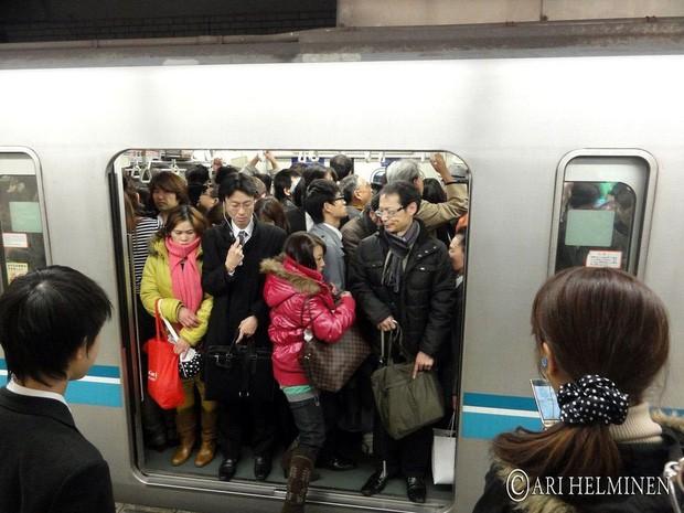 Những điều cấm kị du khách thường mắc phải khi đi tàu điện khiến người Nhật khó chịu, nhiều cái nghe vô lý nhưng lại rất… thuyết phục! - Ảnh 3.