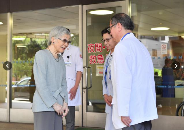 Vừa xuất viện sau khi phẫu thuật, cựu Hoàng hậu Michiko đã có hành động khiến nhiều người kinh ngạc và nể phục về sự chuẩn mực của Hoàng gia Nhật - Ảnh 2.