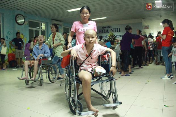 Lời cầu nguyện của chiến binh đầu trọc trong đêm Trung Thu sớm ở bệnh viện: Con ước mơ mình khỏe mạnh để được về và đi học - Ảnh 12.
