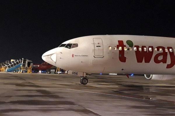 Máy bay Hàn Quốc hạ cánh khẩn xuống Tân Sơn Nhất sau tiếng động lớn - Ảnh 1.