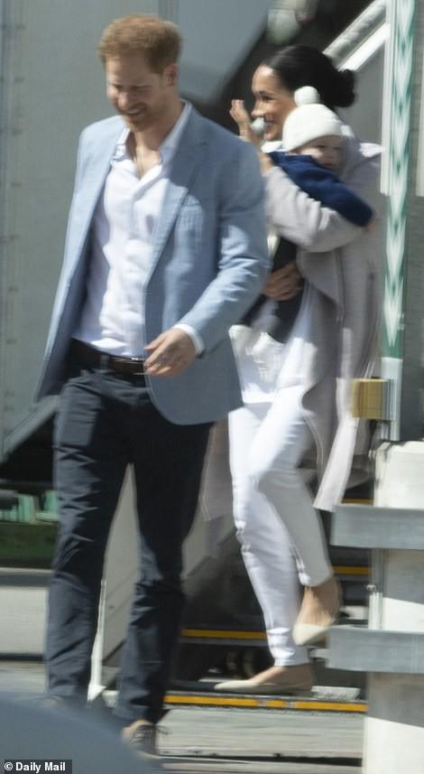 Meghan Markle bế con trai xuất hiện tại sân bay, bắt đầu chuyến công du, ghi điểm tuyệt đối nhờ hành động tinh tế  - Ảnh 1.