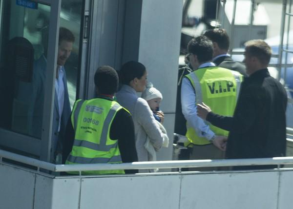 Meghan Markle bế con trai xuất hiện tại sân bay, bắt đầu chuyến công du, ghi điểm tuyệt đối nhờ hành động tinh tế  - Ảnh 3.