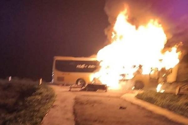 Xe khách 2 tầng bốc cháy ngùn ngụt khi đang chở khách qua Hà Tĩnh - Ảnh 1.