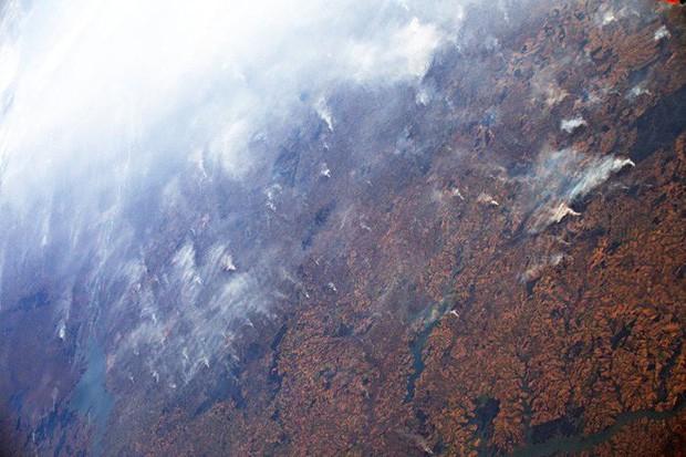 Rừng Amazon vẫn đang cháy với tốc độ tương đương 110 sân bóng mỗi giờ - Ảnh 1.