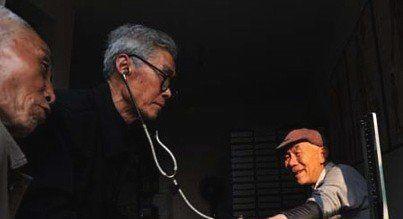 """Mắc ung thư phổi ở tuổi 85, vị bác sĩ già """"tự điều trị ung thư"""" cho mình bằng 3 bí quyết đơn giản nhưng hiệu quả - Ảnh 1."""