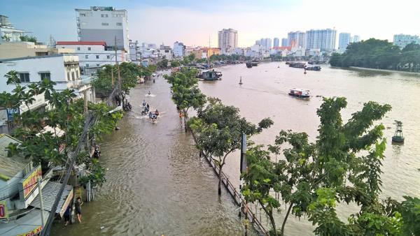 Mưa lớn kết hợp triều cường, nhiều con đường Sài Gòn thành 'sông' - Ảnh 2.