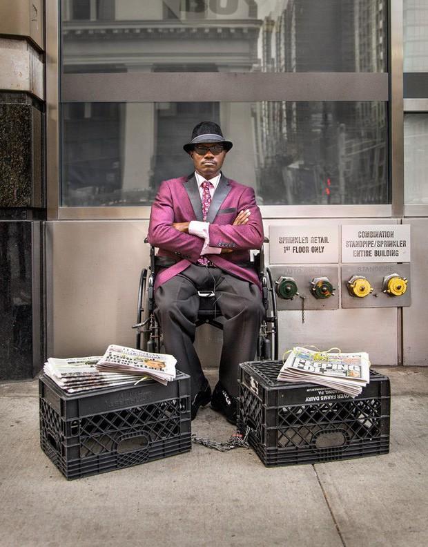 Mặc vest đi giày Tây bán báo, chàng trai vô gia cư trở thành người giàu sở hữu nhà giữa New York - Ảnh 2.