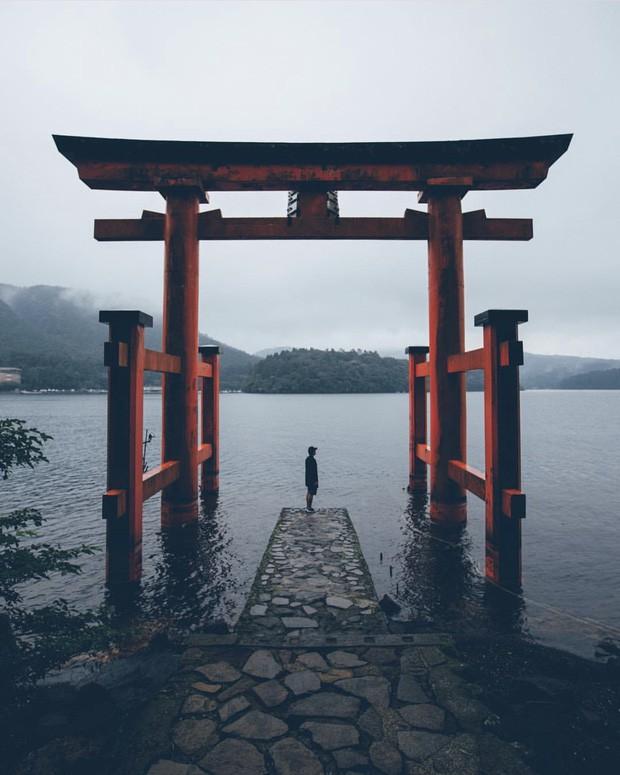 Loạt cổng Torii huyền thoại dọc khắp xứ Phù Tang, có nơi nối dài đến hơn... 10.000 cái - Ảnh 1.