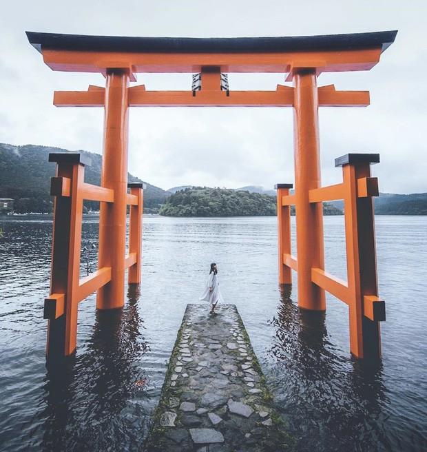 Loạt cổng Torii huyền thoại dọc khắp xứ Phù Tang, có nơi nối dài đến hơn... 10.000 cái - Ảnh 2.