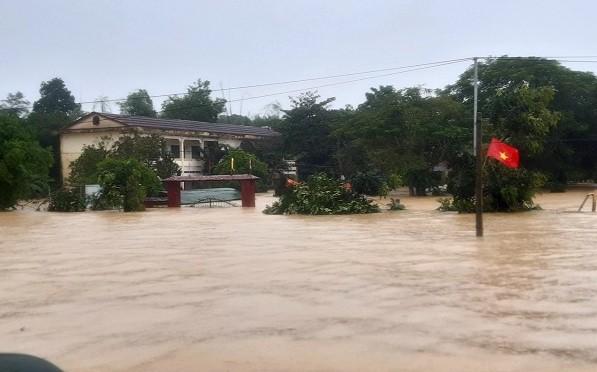 Cận cảnh những ngôi nhà bị nước bao vây gần chạm nóc trong rốn lũ tại Hà Tĩnh - Ảnh 13.