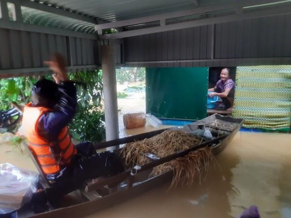 Cận cảnh những ngôi nhà bị nước bao vây gần chạm nóc trong rốn lũ tại Hà Tĩnh - Ảnh 19.