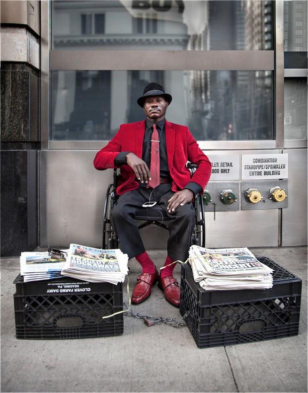 Mặc vest đi giày Tây bán báo, chàng trai vô gia cư trở thành người giàu sở hữu nhà giữa New York - Ảnh 3.