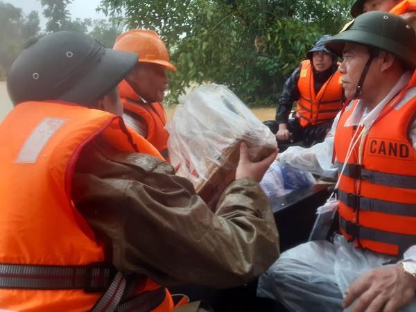 Cận cảnh những ngôi nhà bị nước bao vây gần chạm nóc trong rốn lũ tại Hà Tĩnh - Ảnh 21.