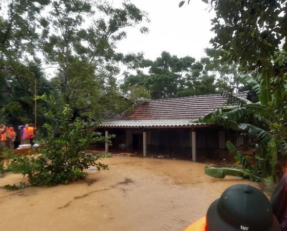 Cận cảnh những ngôi nhà bị nước bao vây gần chạm nóc trong rốn lũ tại Hà Tĩnh - Ảnh 7.