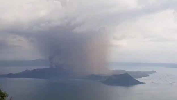 Núi lửa Taal ở Philippines phun cột tro bụi cao 15 km, nguy cơ động đất và sóng thần cận kề - Ảnh 1.