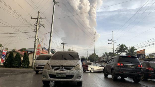 Núi lửa Taal ở Philippines phun cột tro bụi cao 15 km, nguy cơ động đất và sóng thần cận kề - Ảnh 2.