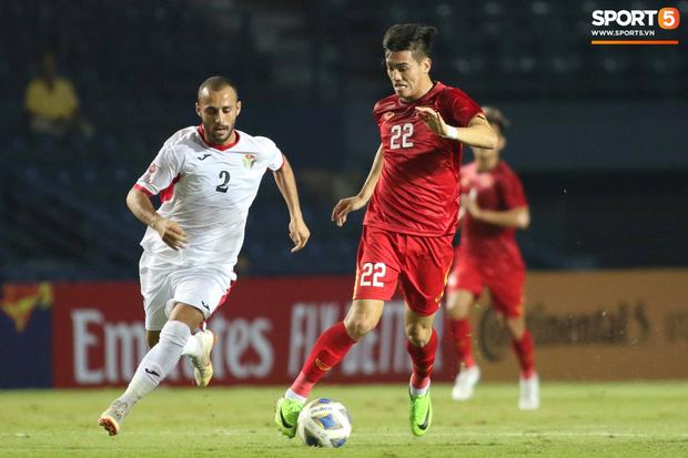 Bùi Tiến Dũng khiến các fan phát sốt với pha cản phá cực đẳng cấp, khiến cầu thủ U23 Jordan ngẩn ngơ tiếc nuối - Ảnh 2.