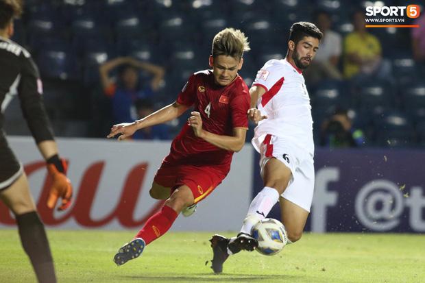Bùi Tiến Dũng khiến các fan phát sốt với pha cản phá cực đẳng cấp, khiến cầu thủ U23 Jordan ngẩn ngơ tiếc nuối - Ảnh 9.