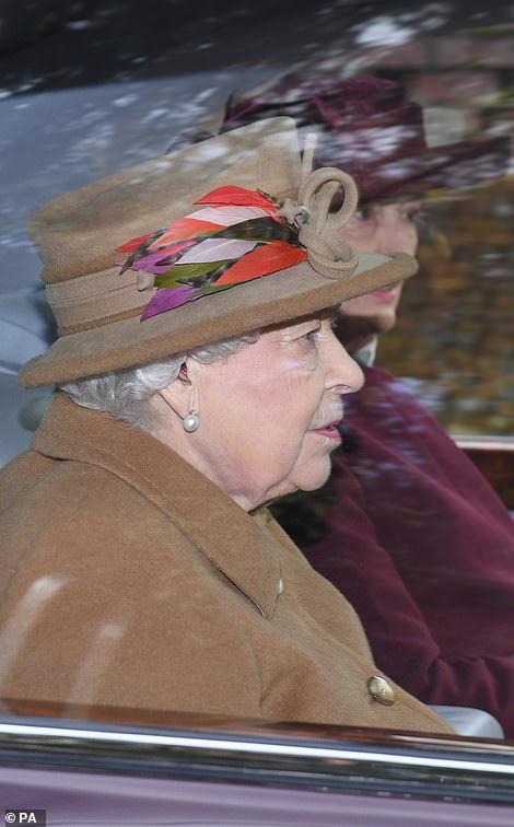 Trước cuộc họp sống còn của nhà Meghan Markle, Nữ hoàng xuất hiện với vẻ mệt mỏi, lộ dấu hiệu bất thường cho thấy bà bị suy sụp như thế nào - Ảnh 2.