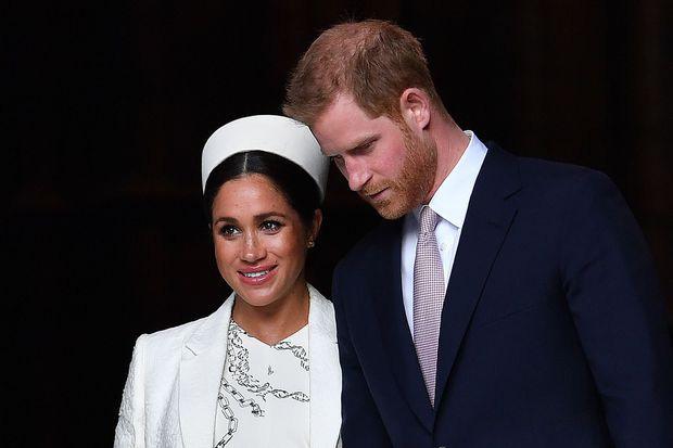 Meghan Markle lần đầu xuất hiện sau cuộc khủng hoảng với nụ cười đắc ý, Hoàng tử Harry cảm thấy ân hận khi làm tổn thương Nữ hoàng Anh - Ảnh 3.
