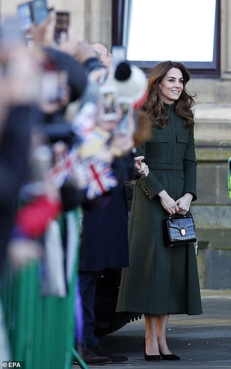 Hai nàng dâu hoàng gia tái xuất sau cuộc khủng hoảng, Công nương Kate nhận mưa lời khen với thần thái hoàn hảo, Meghan gây bất ngờ hơn - Ảnh 2.
