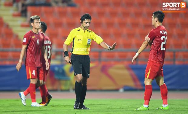 Góc lý giải: Vì sao Việt Nam không được phạt đền dù cầu thủ Triều Tiên để bóng chạm tay trong khu cấm địa? - Ảnh 1.