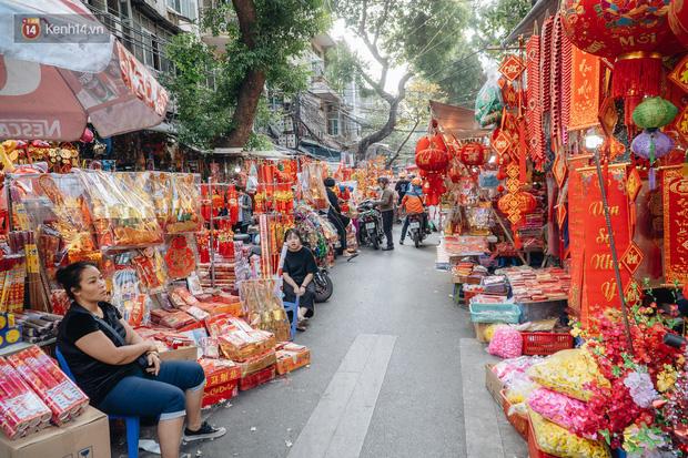 Người Hà Nội chen chúc sắm lễ, mua bộ gà luộc xôi gấc 500.000 - 600.000 đồng cúng tiễn Ông Công Ông Táo - Ảnh 1.