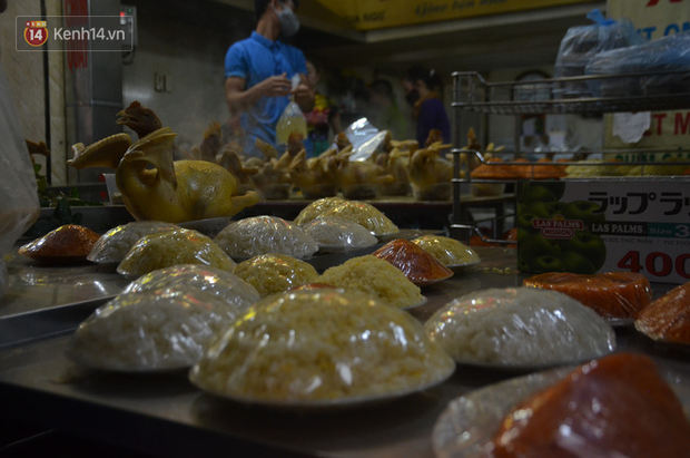 Chùm ảnh: Nửa triệu đồng bộ gà luộc xôi gấc, người Hà Nội chen chúc từ sáng sớm chờ mua cúng ông Công ông Táo - Ảnh 1.