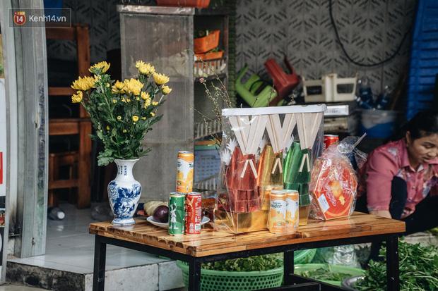 Người Hà Nội chen chúc sắm lễ, mua bộ gà luộc xôi gấc 500.000 - 600.000 đồng cúng tiễn Ông Công Ông Táo - Ảnh 12.