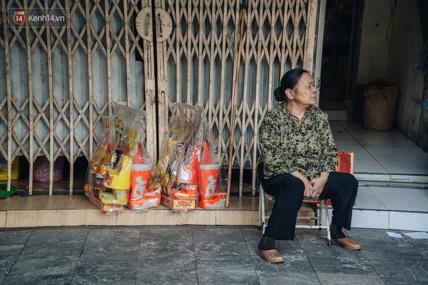 Người Hà Nội chen chúc sắm lễ, mua bộ gà luộc xôi gấc 500.000 - 600.000 đồng cúng tiễn Ông Công Ông Táo - Ảnh 13.
