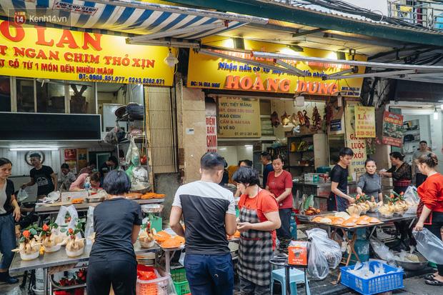 Người Hà Nội chen chúc sắm lễ, mua bộ gà luộc xôi gấc 500.000 - 600.000 đồng cúng tiễn Ông Công Ông Táo - Ảnh 14.