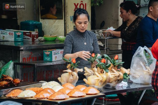 Người Hà Nội chen chúc sắm lễ, mua bộ gà luộc xôi gấc 500.000 - 600.000 đồng cúng tiễn Ông Công Ông Táo - Ảnh 15.