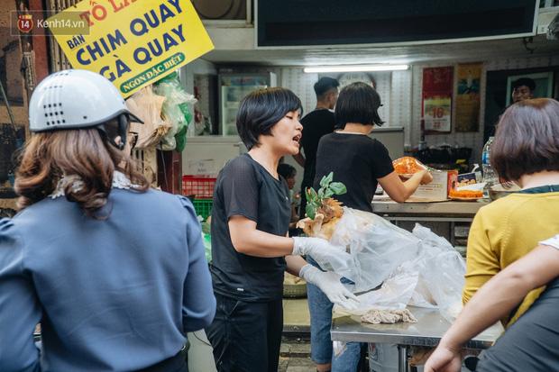 Người Hà Nội chen chúc sắm lễ, mua bộ gà luộc xôi gấc 500.000 - 600.000 đồng cúng tiễn Ông Công Ông Táo - Ảnh 16.