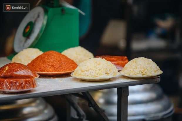 Người Hà Nội chen chúc sắm lễ, mua bộ gà luộc xôi gấc 500.000 - 600.000 đồng cúng tiễn Ông Công Ông Táo - Ảnh 17.