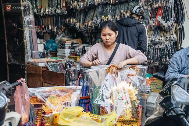 Người Hà Nội chen chúc sắm lễ, mua bộ gà luộc xôi gấc 500.000 - 600.000 đồng cúng tiễn Ông Công Ông Táo - Ảnh 6.