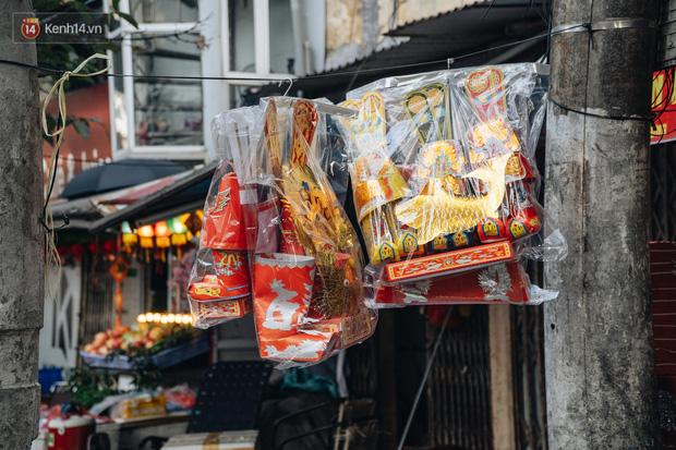 Người Hà Nội chen chúc sắm lễ, mua bộ gà luộc xôi gấc 500.000 - 600.000 đồng cúng tiễn Ông Công Ông Táo - Ảnh 7.