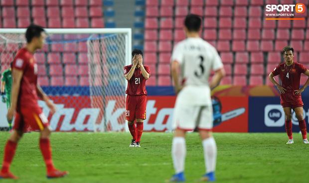 Báo châu Á gây sốc với bình luận cực gắt: Đình Trọng là cầu thủ chơi xấu nhất U23 Việt Nam, ông Park cực giỏi dùng chiêu trò khiêu khích trọng tài - Ảnh 1.