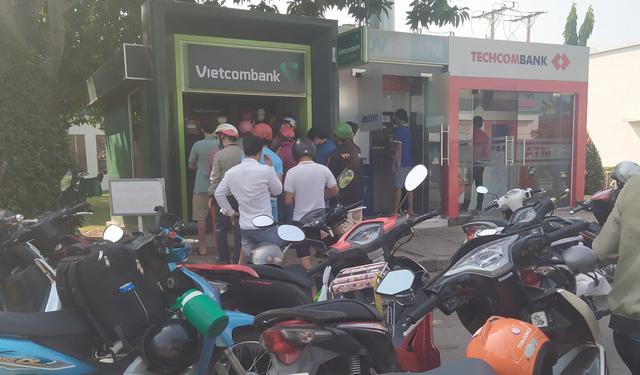 29 Tết, mất nguyên buổi sáng chỉ để đi rút tiền tại cây ATM - Ảnh 1.