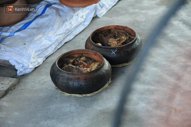 Người làng Vũ Đại đeo mặt nạ, xuyên đêm nấu cá kho bạc triệu phục vụ Tết cổ truyền - Ảnh 12.