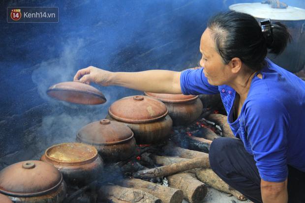 Người làng Vũ Đại đeo mặt nạ, xuyên đêm nấu cá kho bạc triệu phục vụ Tết cổ truyền - Ảnh 14.