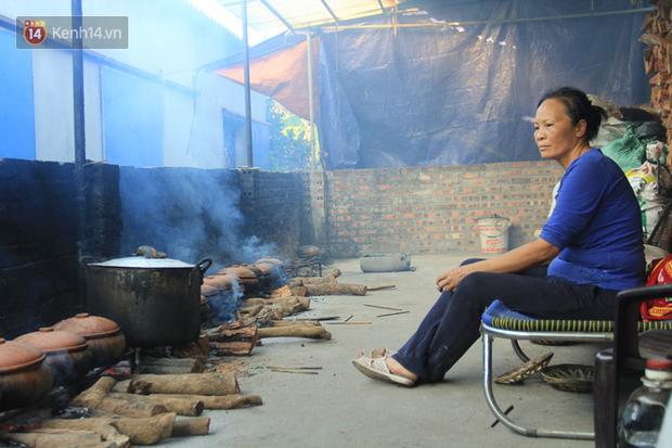 Người làng Vũ Đại đeo mặt nạ, xuyên đêm nấu cá kho bạc triệu phục vụ Tết cổ truyền - Ảnh 16.