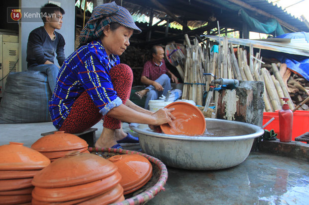 Người làng Vũ Đại đeo mặt nạ, xuyên đêm nấu cá kho bạc triệu phục vụ Tết cổ truyền - Ảnh 6.