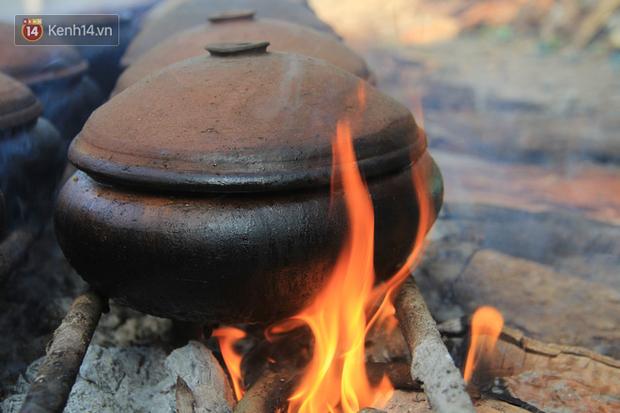 Người làng Vũ Đại đeo mặt nạ, xuyên đêm nấu cá kho bạc triệu phục vụ Tết cổ truyền - Ảnh 9.
