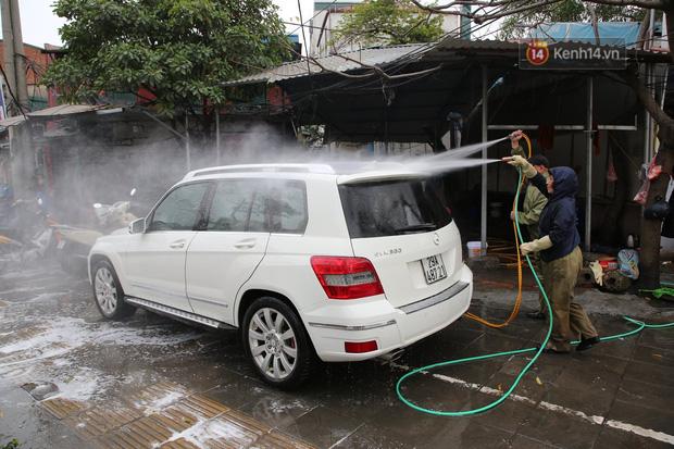 Dịch vụ rửa xe hốt bạc ngày giáp Tết: Ô tô 250k còn xe máy 50k, nhân viên luôn chân tay nhưng khách vẫn xếp hàng dài chờ đến lượt - Ảnh 1.