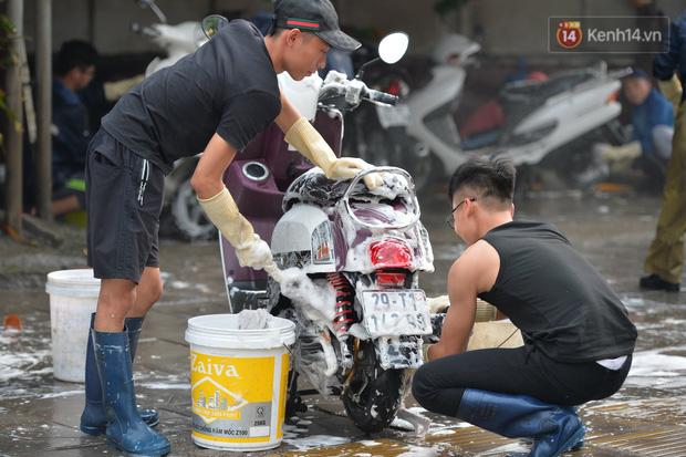 Dịch vụ rửa xe hốt bạc ngày giáp Tết: Ô tô 250k còn xe máy 50k, nhân viên luôn chân tay nhưng khách vẫn xếp hàng dài chờ đến lượt - Ảnh 15.